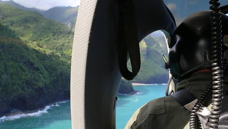 Der Ausflugshelikopter stürzte am Donnerstag in einem bergigen und schwer zugänglichen Gebiet auf der US-Inselgruppe Hawaii ab. (Archivbild)