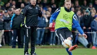 Stefan Effenberg beobachtet das Training seiner Spieler
