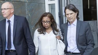 Die Eltern von Marie, Antoine und Evelyne Schluchter, mit ihrem Anwalt Jacques Barillon (v.l.n.r.) beim Verlassen des Kantonsgerichts in Lausanne am 1. September 2016. (Archiv)