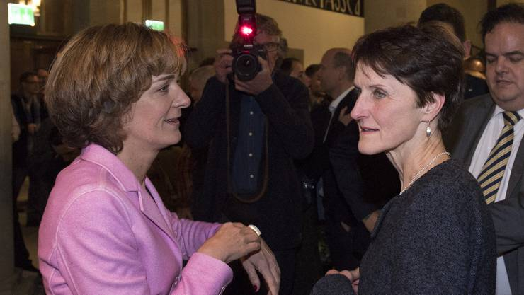 Die Berner Gemeinderaetinnen Ursula Wyss, SP, links, und Franziska Teuscher, Gruenes Buendnis, diskutieren im Rathaus