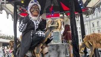 Maskierte in Luzern beim Umzug der Wey-Zunft