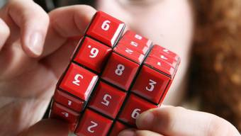 Mädchen löst Sudoku-Zahlenwürfel (Symbolbild)