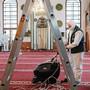 Desinfektionsarbeiten in einer Moschee in Sarajevo, Bosnien: Corona stellt Gläubige im Ramadan vor eine Prüfung.