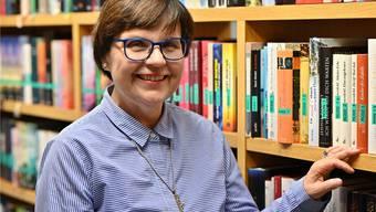 Für knapp vier Jahrzehnte war dies ihr Arbeitsplatz: Sibylle Scherer vor einem Bücherregal in der Oltner Stadtbibliothek.