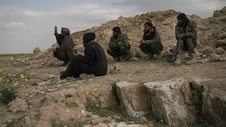 """""""Finale Offensive"""": Kämpfer der SDF-Allianz ausserhalb von Baghus in der Wüste."""
