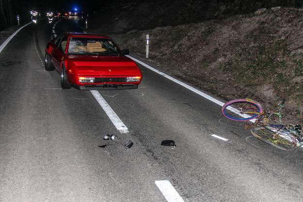 Der Velofahrer verletzt sich mittelschwer und muss mit dem Krankenauto ins Spital gebracht werden.