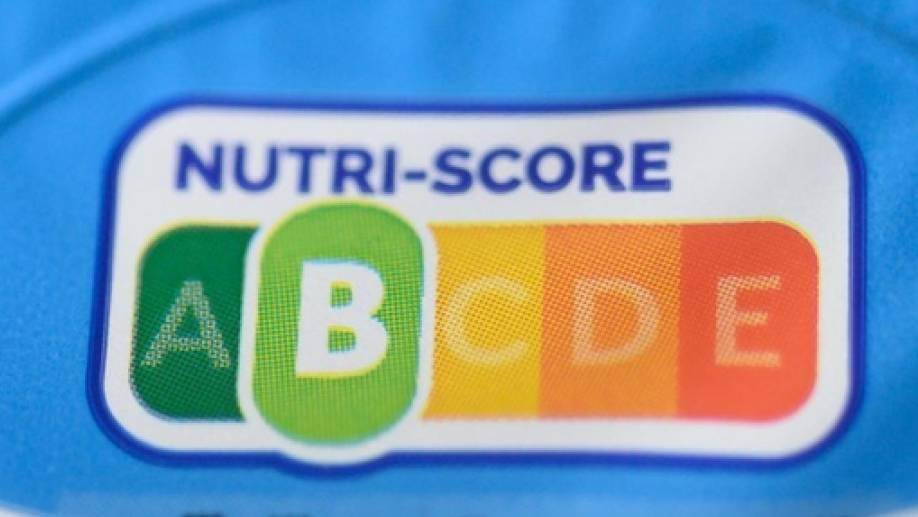 Der aus Frankreich stammende Nutri-Score bezieht neben dem Gehalt an Zucker, Fett und Salz empfehlenswerte Bestandteile wie Ballaststoffe in eine Bewertung ein und gibt dann einen einzigen Wert an - in einer Skala von grün über gelb bis rot.