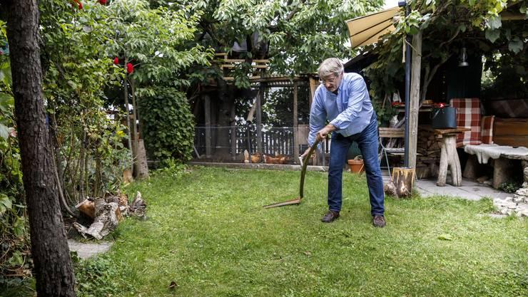 Auf 30 Quadratmetern mäht Wyss den Rasen ausschliesslich von Hand, mit der Sichel. Das ist besser für den Rasen und für die Tierli, die dort leben.