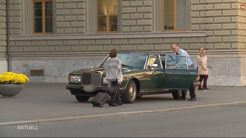 Politikerin fährt mit Rolls-Royce von Bundesplatz