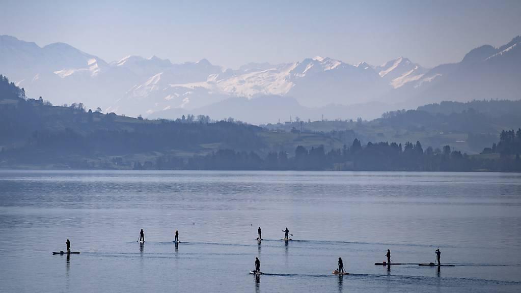 Der Februar 2021 geht als zu warm in die Geschichte ein: Stand-up-Paddler am 21. Februar auf dem Zugersee.