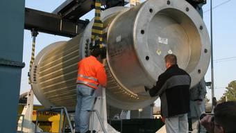 Ein über 100 Tonnen schwerer Behälter mit Atommüll wird an der Umladestation abgeladen.