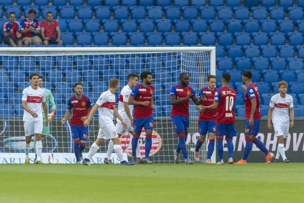Die FCB-Spieler bejubeln das frühe Führungstor im Testspiel gegen den VfB Stuttgart.
