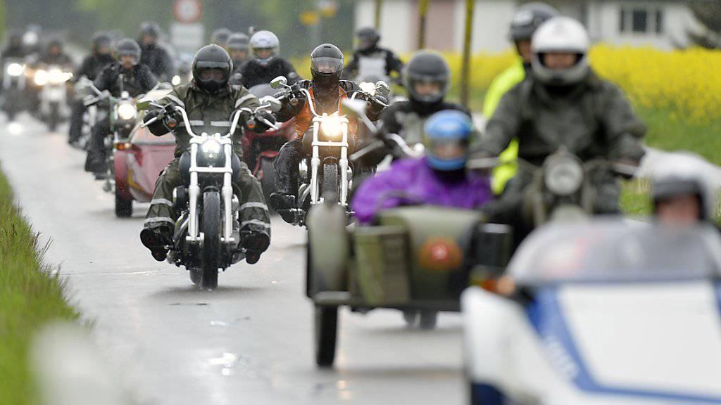Am Love Ride erhalten Menschen mit einer Behinderung die Gelegenheit für eine Ausfahrt. Die Benefizveranstaltung in Dübendorf ZH nahmen heuer 1250 Motorräder und 2500 Besucherinnen und Besucher teil. (Archivbild)