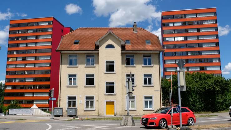 Die Asylunterkunft (Bildmitte) an der Schönenwerdkreuzung wurde abgerissen. In den zwei roten Wohntürmen stellt eine Genossenschaft jetzt Wohnungen für Asylsuchende zur Verfügung.