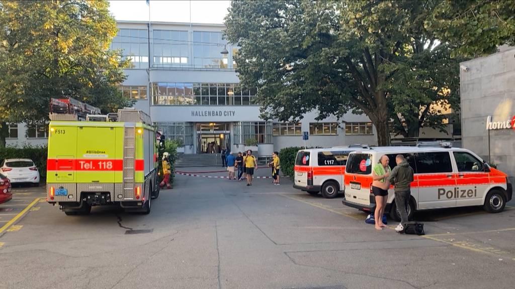Rund 50 Personen evakuiert: Feuer in Zürcher Hallenbad ausgebrochen