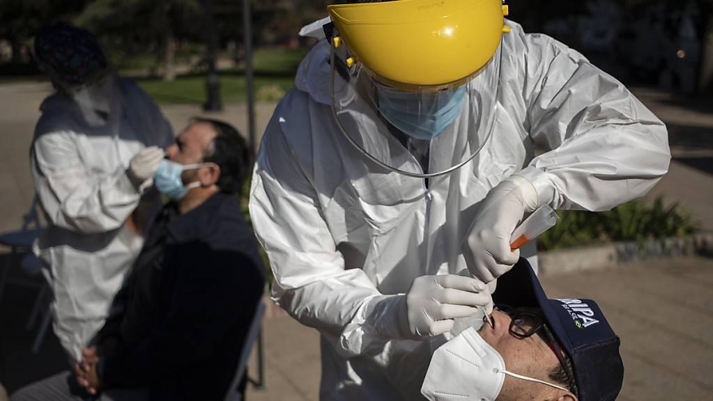 Testen und Impfen: Chile drückt im Kampf gegen die Pandemie aufs Tempo. Foto: Esteban Felix/AP/dpa