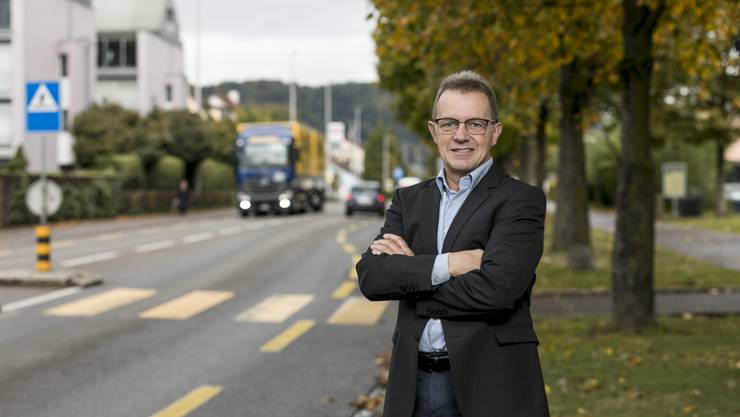 Martin Uebelhart an der Zürcherstrasse: Das Tram der Limmattalbahn soll auf der Hauptverkehrsader von Neuenhof fahren.