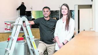 Kumi Ramalingam und Catherine Schlatter im Café, das von Metall, Holz und dunklen Farben geprägt sein wird.