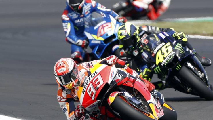 Marc Marquez führt das Rennen in Silverstone kurz nach dem Start vor Valentino Rossi und dem nachmaligen Sieger Alex Rins an