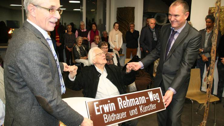 Vizeammann Meinrad Schraner, Erwin Rehmann und Stadtammann Herbert Weiss (v.l.) mit dem Schild «Erwin Rehmann-Weg».