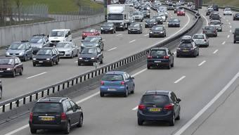 Wird bei grossem Fahrzeugaufkommen die zulässige Höchstgeschwindigkeit reduziert, verflüssigt sich der Verkehr. (Archivbild)
