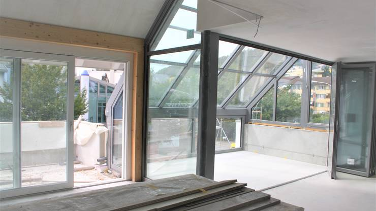 Der Neubau zählt sechs Wohnungen, zwei davon sind wie diese im Bild Maisonette-Wohnungen. Bezugsbereit sind die Liegenschaften ab dem 1. Oktober. Dann können Interessierte die drei Show-Objekte auch fürs Wochenende mieten, um die Smart-Home-Systeme zu testen.