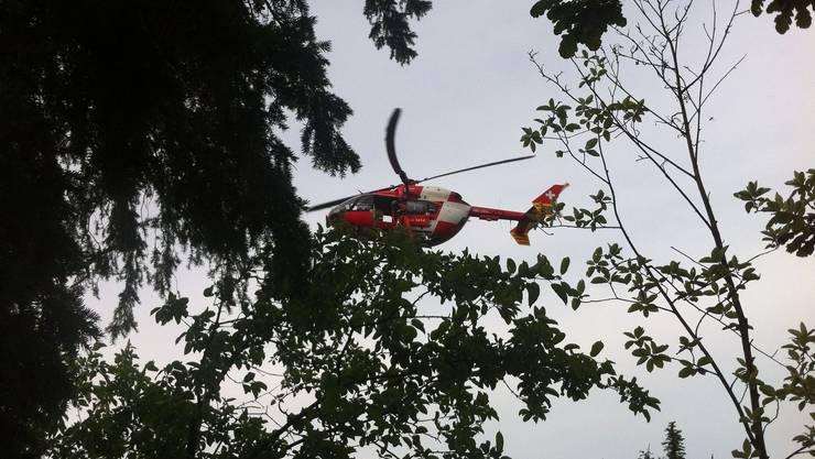 Die junge Frau wurde mittels Seilwinde geborgen.
