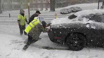 Der erste grössere Schneesturm dieses Winters sorgte im Nordosten der USA für Chaos auf den Strassen.