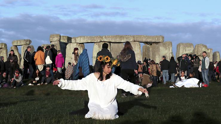 Tausende Menschen haben am Wochenende die Wintersonnenwende im britischen Stonehenge gefeiert.  (AP Photo/Aijaz Rahi)