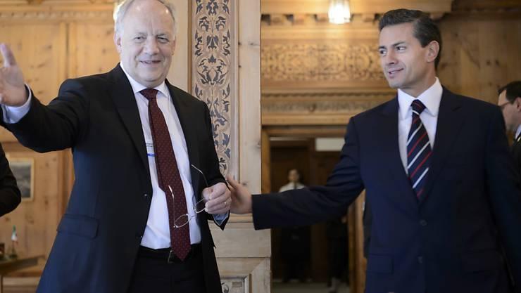 Bundespräsident Johann Schneider-Ammann und Mexikos Präsident Enrique Pena Nieto vor der Unterzeichnung des EFTA-Protokolls am WEF 2016 in Davos. (Archiv)