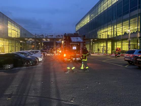 Die Feuerwehr im Einsatz vor der FHNW in Windisch.