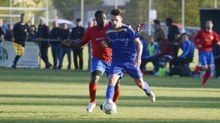 Biberists Offensivspieler Petrit Krasniqi wird verfolgt von Grenchens Aussenverteidiger Simon Essama.