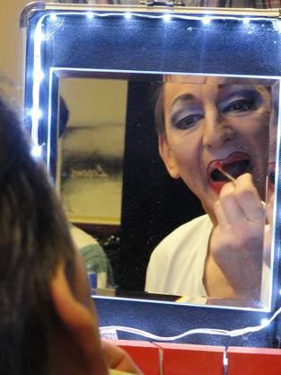 Chantal schminkt sich derweil die Lippen bühnengerecht