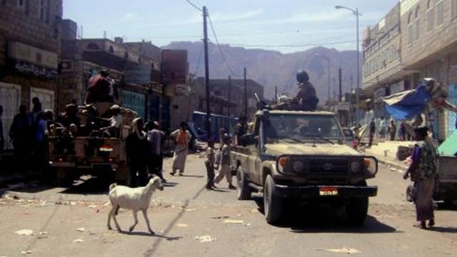 Jemenitische Soldaten kontrollieren eine Strasse in der Provinz Abyan (Archiv)