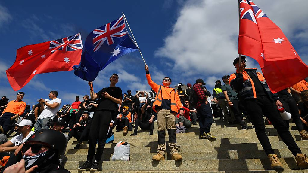 Protesters gather at the Shrine of Remembrance as they rally against mandatory Covid-19 vaccinations and a two week shutdown of the construction industry, in Melbourne, Wednesday, September 22, 2021.  (AAP Image/James Ross) NO ARCHIVING