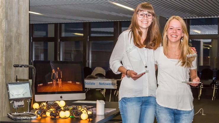 Lea Steg (l) und Sarah Füeg haben ein vierminütiges-Tanzvideo gedreht und dafür eine «talents@bbzolten»-Trophäe gewonnen.