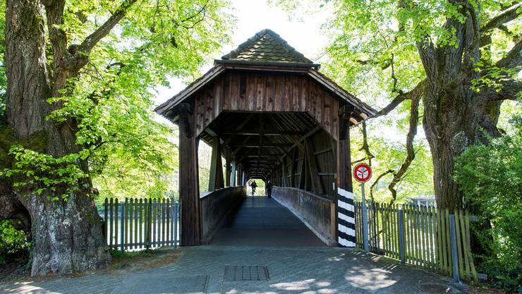 Die im Jahr 1921 neu gebaute Holzbrücke bei der Spinnerei in Turgi.