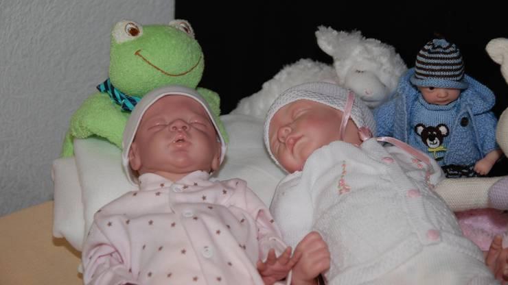 Reborn Babys gibt es in verschiedenen Ausführungen. Im Bild zwei schlafende Reborn Babys.