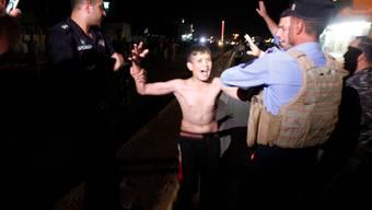 In Kirkuk nahmen Sicherheitskräfte einem Jungen einen Sprengstoffgürtel ab.
