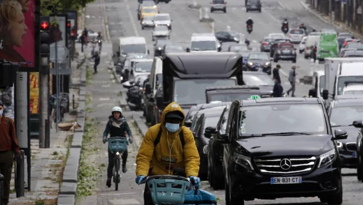 Paris erwacht: Verkehr auf den Champs Elysée am Montagmorgen. Erstmals dürfen Französinnen und Franzosen wieder ohne Passierschein auf die Strasse-