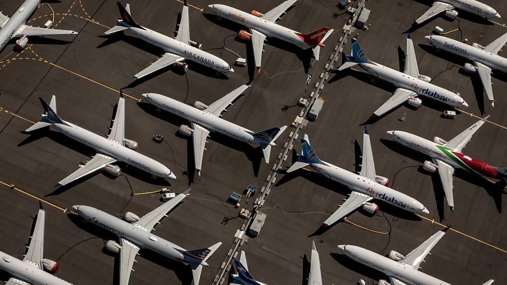 Der US-Flugzeugbauer Boeing hat wegen der Coronakrise und dem Flugverbot für den Jet 737 Max im dritten Quartal unter dem Strich ein Verlust von 466 Millionen US-Dollar erlitten. Im Bild gegroundete 737 Max. (Archivbild)