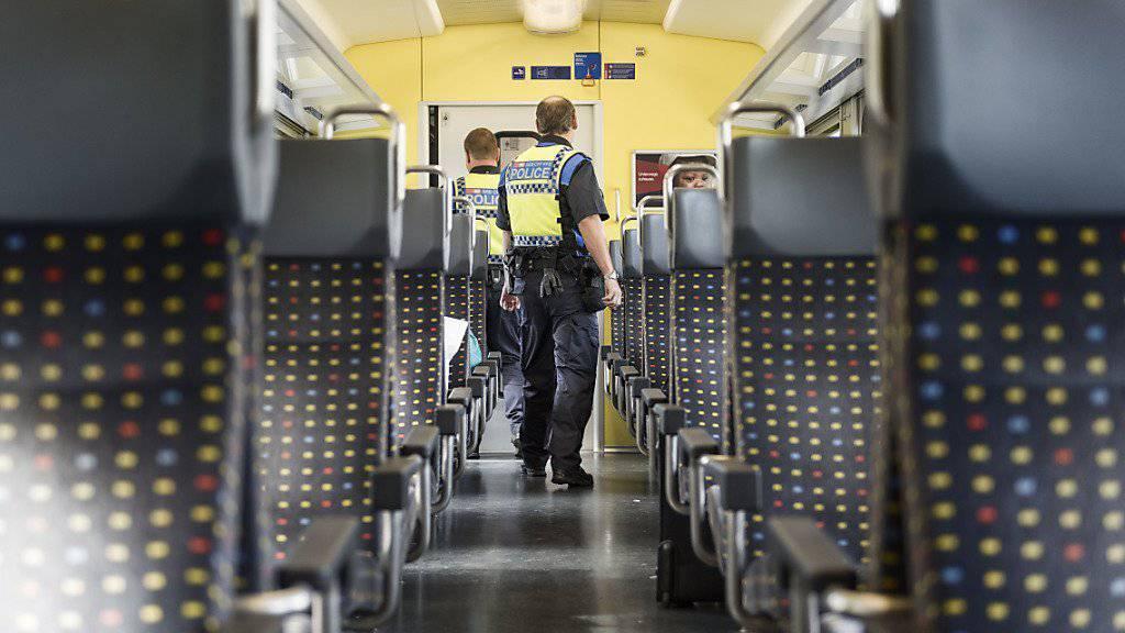 Die SBB Transportpolizei hat 2015 schweizweit in Zügen und Bahnhöfen rund 24'000 Personen kontrolliert. 1670 wurden festgenommen und einer Kantons- oder Stadtpolizei übergeben.