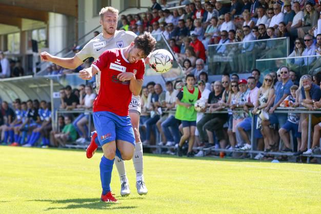 Kurz vor Schluss läuft der FCA dem Rückstand hinterher: Mauro Bender (v.) ist vor Damir Mehidic am Ball.