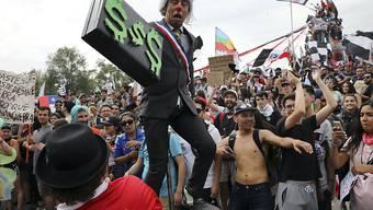 Angesichts niedriger Löhne und Renten ist die Geduld der Chilenen mit der Regierung am Ende: Protest in der Hauptstadt Santiago.