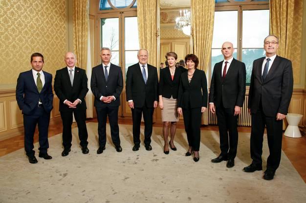 Didier Burkhalter, FDP, Kanton Neuenburg (3. von links), Alain Berset, SP, Kanton Freiburg (2. von rechts) und Neo-Bundesrat Guy Parmelin, SVP, Kanton Waadt (ganz rechts)