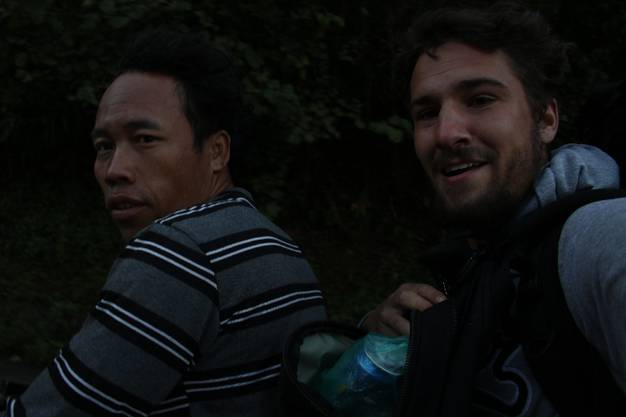 Von Kiewgna nach Kiewmaknao: Nach einer Nacht im Zelt lädt mich Sobsanai auf. Den Berg hinunter stellt er den Motor ab, um Benzin zu sparen.