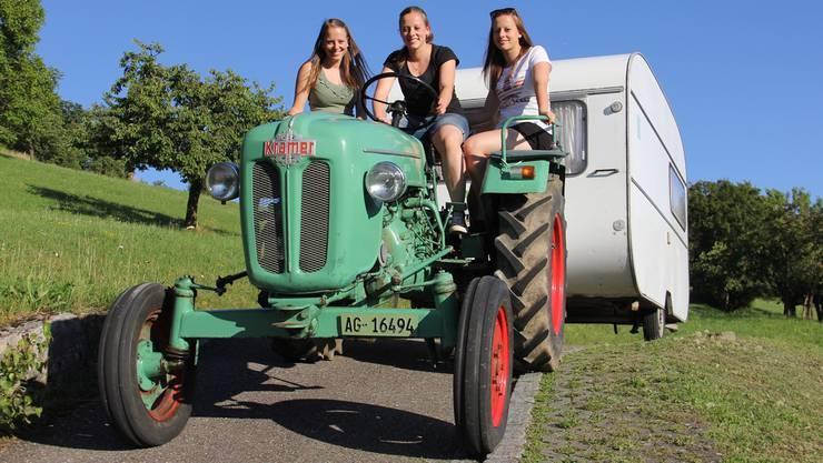 Diese Drillinge freuen sich auf die Fahrt mit Traktor und Wohnwagen von Zeihen nach Effingen (v. l.): Kathrin, Rahel und Andrea Schaffner.