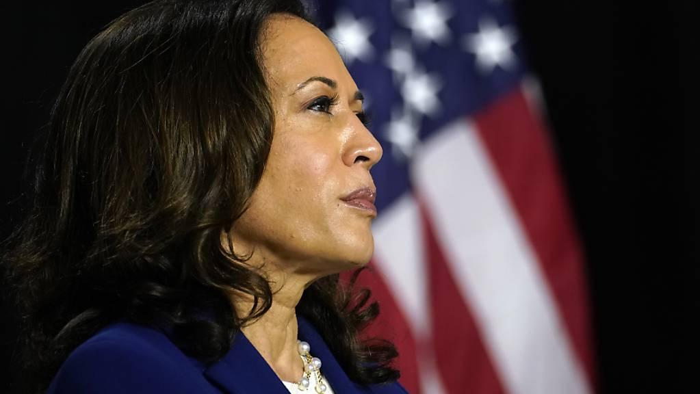 Die demokratische Anwärterin auf den Vizepräsidenten-Posten, Kamala Harris, hört Joe Biden zu. Foto: Carolyn Kaster/AP/dpa