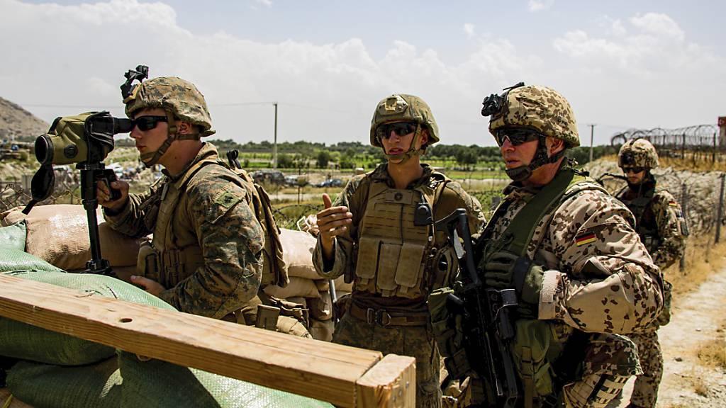 Auf diesem Bild des U.S. Marine Corps begutachten Marines der 24th Marine Expeditionary Unit und deutsche Militärangehörige ein Einfahrtstor am Hamid Karzai International Airport in Kabul, Afghanistan.