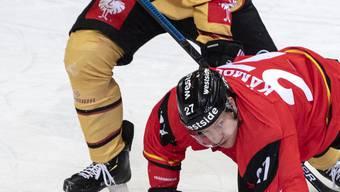 Bild mit Symbolcharakter: SC Bern (in Person von Marc Kämpf) gegen Lulea Hockey am Boden